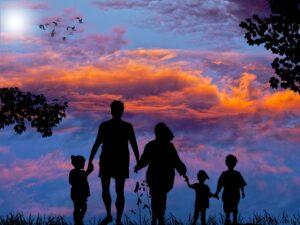 imagem de uma família de mãos dadas