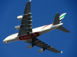 imagem de um avião no ar