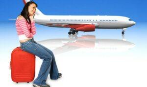 Montagem de uma mulher em cima de uma mala vermelha e um avião atrás
