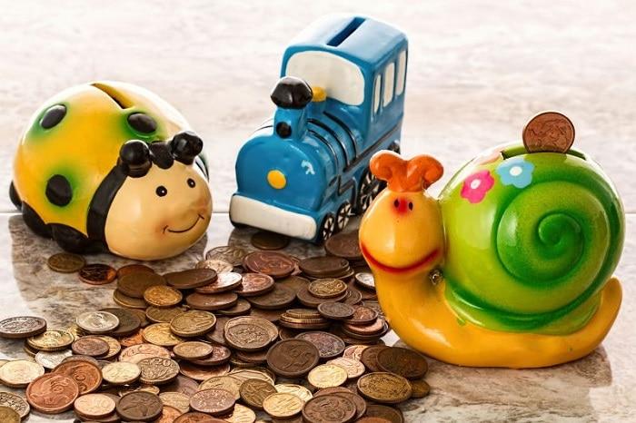 imagem de três cofres personalizados com várias moedas espalhadas