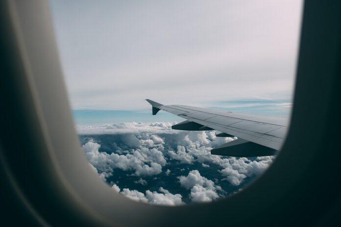 janela de avião com vista para as nuvens