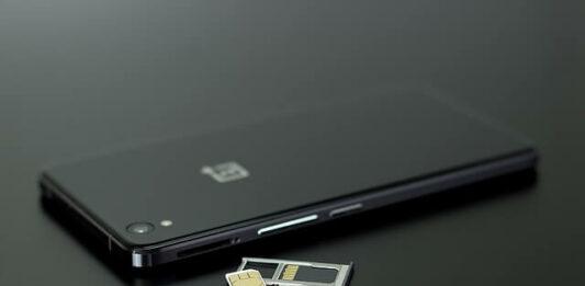 celular preto com um chip no lado