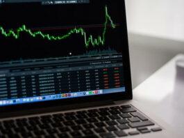 tela de um computador na página de investimentos