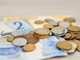 notas de reais com moedas