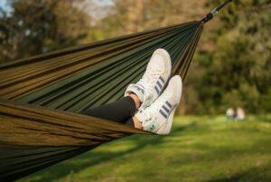 pessoa relaxando na rede em uma viagem