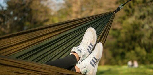 viajar barato: pessoa se tênis se balançando na rede