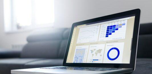 Notebook aberto na plataformas de afiliados