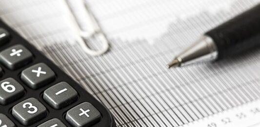 imagem contém calculadora, papel e caneta como perfil de investidor