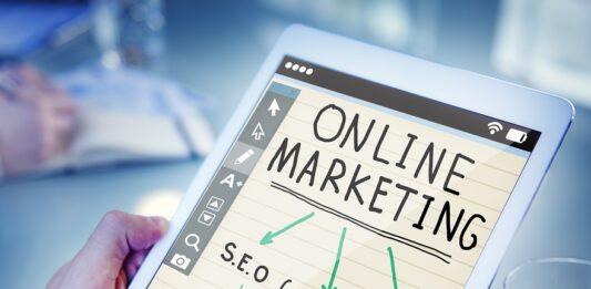 pessoa mexendo em tablet com tema marketing digital