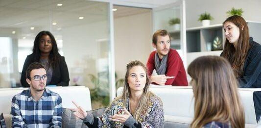 pessoas em uma reunião de trabalho