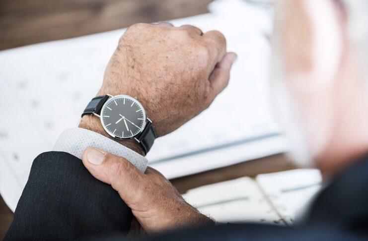 homem olhando a hora no relógio