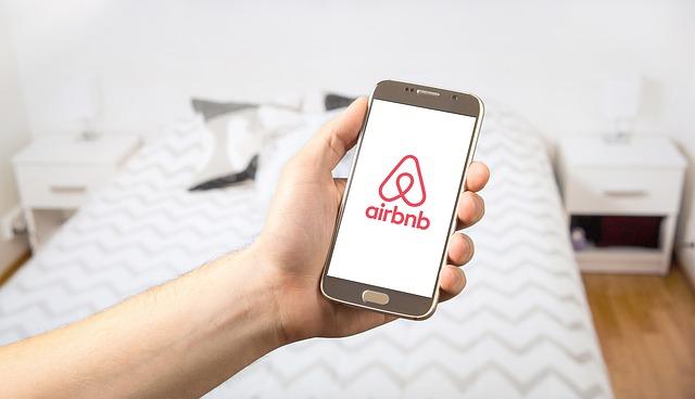 Como Airbnb ganha dinheiro