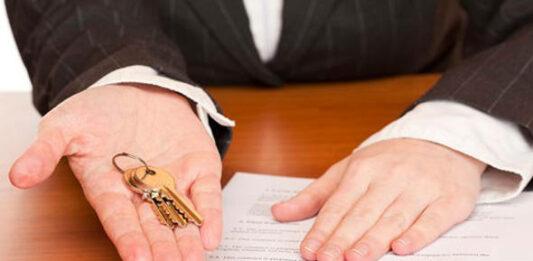 Mão entregando as chaves após negociar o aluguel