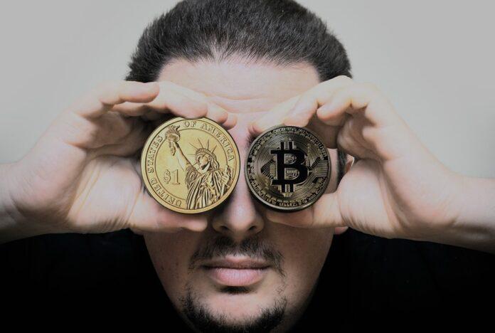 homem segurando uma moeda digital em cada olho
