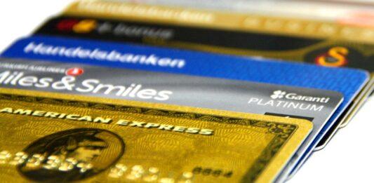 cartões de crédito enfileirados