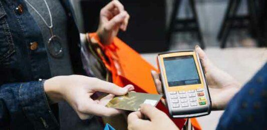 mulher pagando com cartão de crédito pré-pago