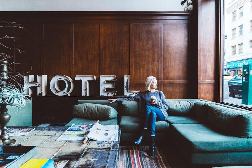 mulher sentada no sofá do hotel durante viagem