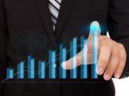 executivo analisando um gráfico em ascensão