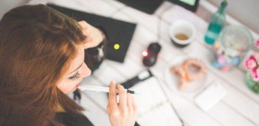Mulher analisando finanças