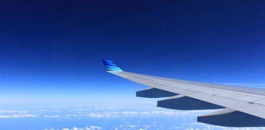 imagem de um avião sobrevoando nas nuvens
