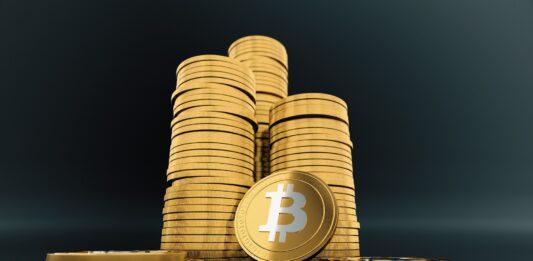 Três fileiras de moedas Bitcoin