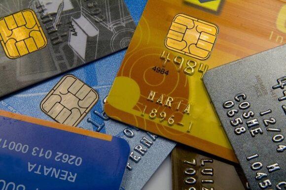 vários cartões de crédito pré-pago espalhados