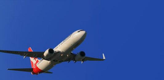 avião levantando voo para uma viagem internacional