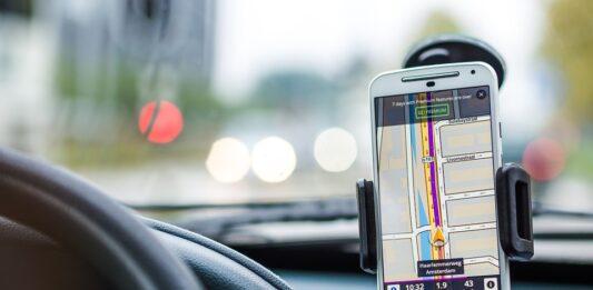 Celular com o GPS aberto