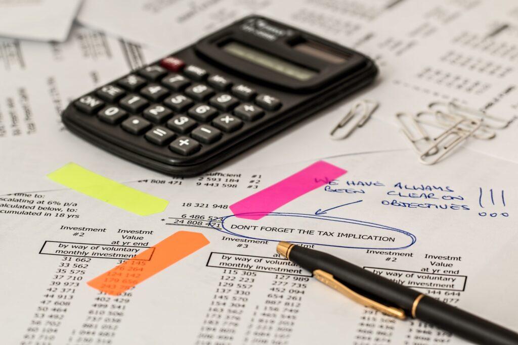 papel com informações de imposto de renda e calculadora