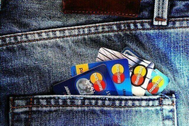bolso de uma calça cheio de cartões de crédito sem anuidade