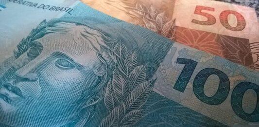 Uma nota de 100 reais e outra de 50 reais