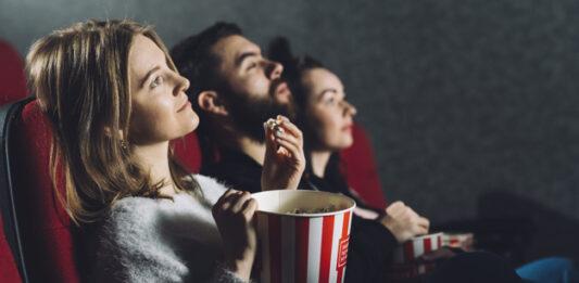 três pessoas assistindo série