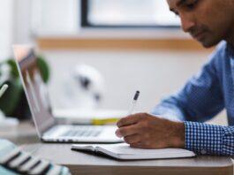Homem realizando cursos gratuitos online em seu computador