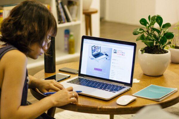 Produtividade no home office: mulher sentada usando notebook