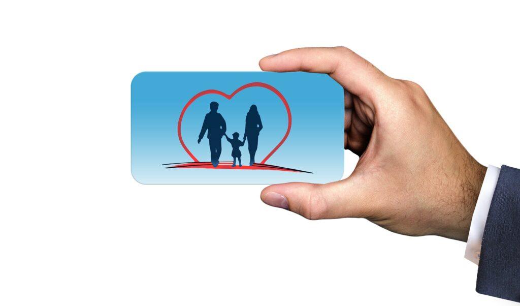 uma mão segurando um cartão de seguro de vida