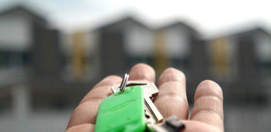 pessoa segurando chave na mão para c