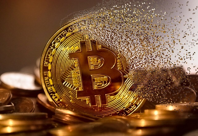 imagem representando uam moeda do bitcoin se desfazendo