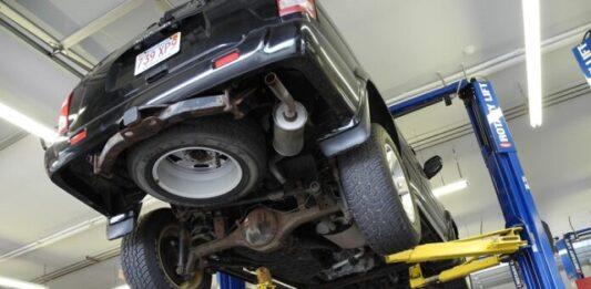 Carro preto em manutenção em uma oficina