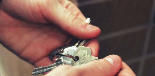 imagem de uma pessoa com molho de chaves na mão