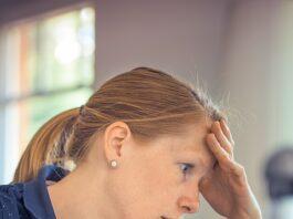 mulher preocupada com as finanças