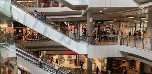 imagem de shopping e pessoas fazendo compras por impulso