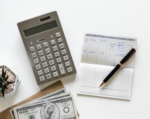 papel com investimentos CDB e LCI e calculadora