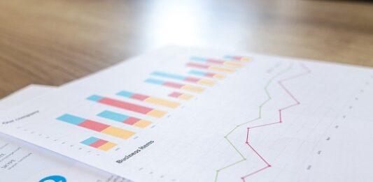 Folha sobre uma mesa com documentos de investimentos