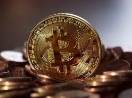 Moedas de Bitcoin sobre uma mesa