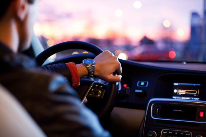 pessoa dirigindo um carro para evitar multas indevidas