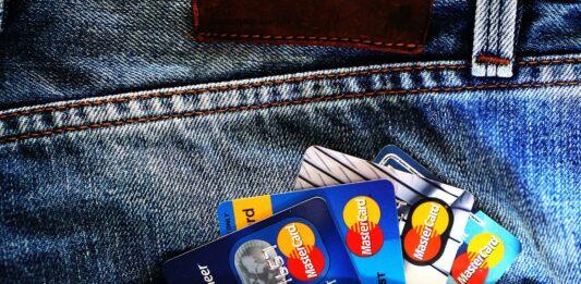 bolso com quatro cartões de crédito