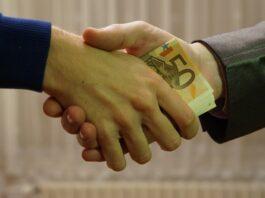 duas pessoas apertando as mãos e confirmando um empréstimo
