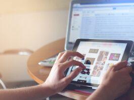 Pessoa manuseando um tablet nas mãos