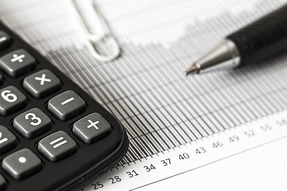 papel, caneta e calculadora para realizar um planejamento financeiro