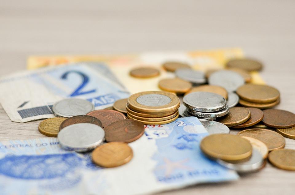 moedas e notas de real